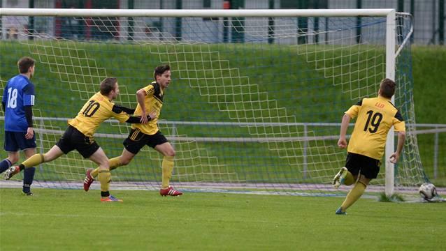 Matthieu Conus (Mitte) schiesst das 1:0 für Therwil.