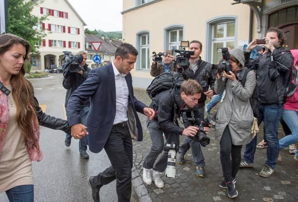 Der ehemalige FCB-Spieler wird von Kameras belagert