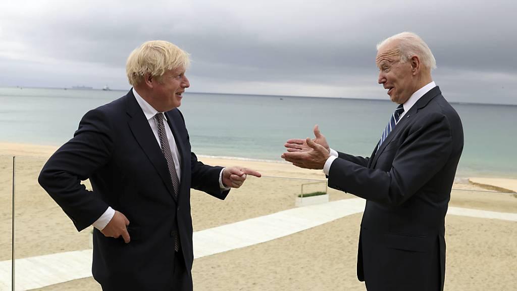 HANDOUT - Boris Johnson (r), Premierminister von Großbritannien, und Joe Biden, Präsident der USA, unterhalten sich bei einem gemeinsamen Treffen vor dem G7-Gipfel. Foto: Andrew Parsons