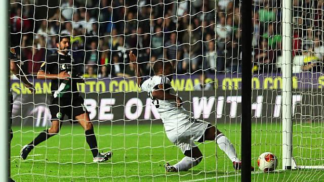 Swanseas Routledge (r.) erzielt gegen St. Gallen das Tor des Abends