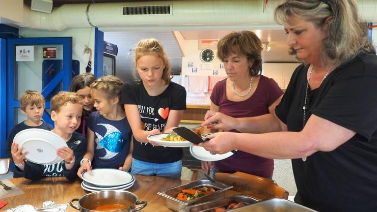 Mittagstisch Kestenholz: Die Betreuerinnen Therese Bobst (links) und Susanne Raemy richten die Teller der Kinder nach deren Wünschen an.
