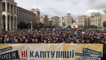 """""""Nein zur Kapitulation!"""" steht auf dem Transparent. Tausende Menschen haben am Sonntag in Kiew gegen gegen den Ostukraine-Plan der Regierung demonstriert."""