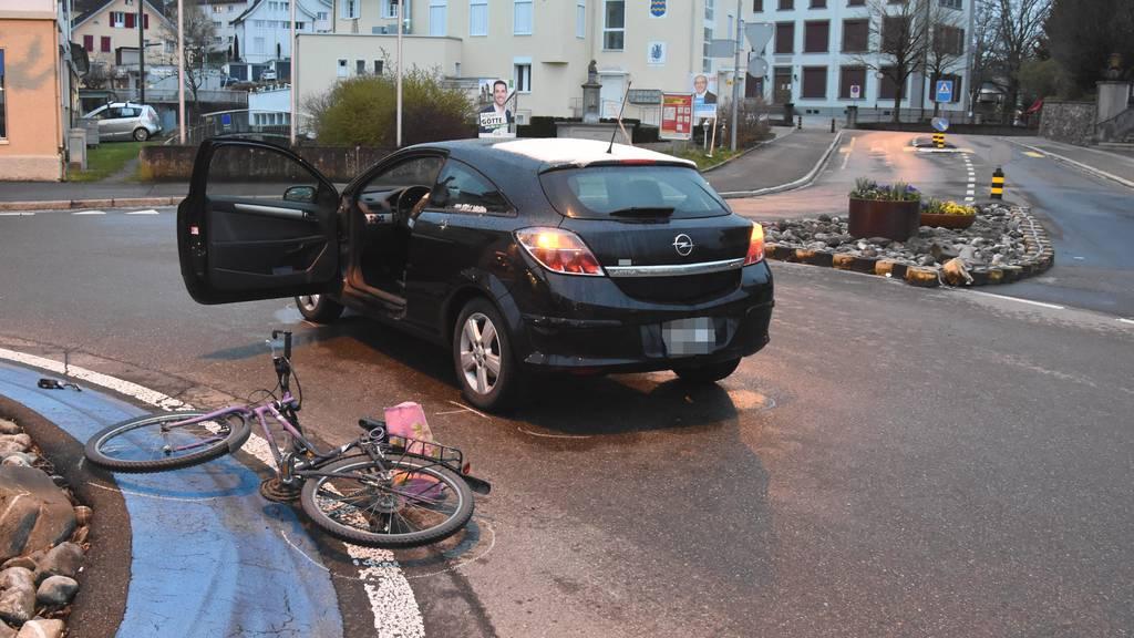 Velofahrerin wird in Kreisel von Auto erfasst – verletzt