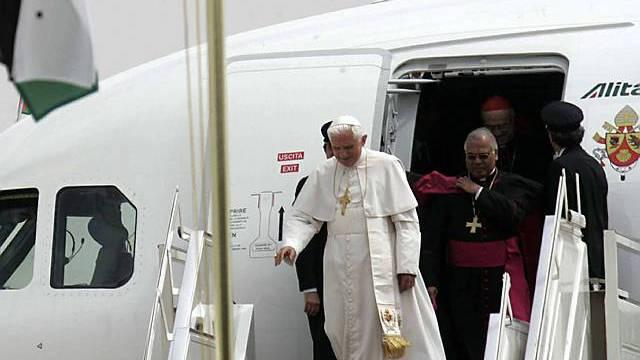 Der Papst kommt in Jordanien an