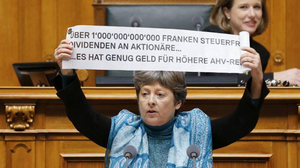 """Margret Kiener Nellen (SP/BE) unterstreicht ihre Argumente für die Volksinitiative """"AHVplus"""" im Nationalrat auf ungewohnte Weise."""