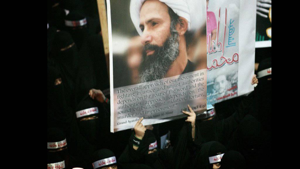 Demonstranten mit einem Bild des im Oktober  zum Tode verurteilten schiitischen Geistlichen Sheik Nimr-al-Nimr. (Archiv 2012)