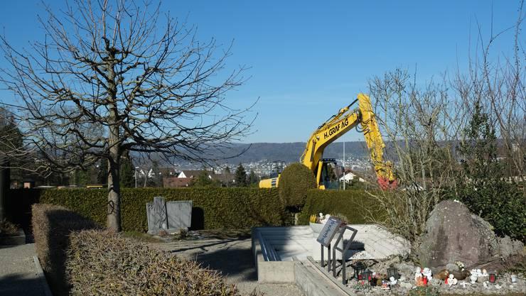 Derzeit wird die Bergstrasse in Bergdietikon saniert. Bald könnte auch der Friedhof umgestaltet werden.