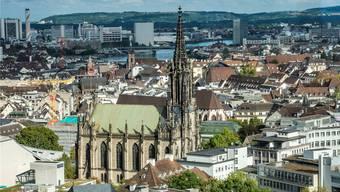 Blick vom neuen Baloise-Turm auf die Elisabethenkirche und den Rhein. Links hinten befindet sich der Novartis-Campus.