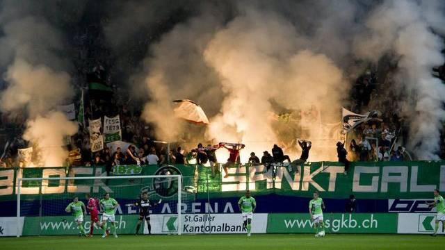 """""""Muss von Amtes wegen verfolgt werden"""": Fans des FC St. Gallen zünden Pyrotechnik in der AFG Arena (Archiv)"""