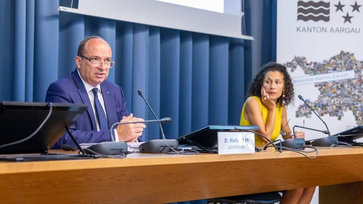 An einer Medienkonferenz stellt Landammann und Finanzdirektor Markus Dieth das Budget 2021 vor. Rechts im Bild: Staatsschreiberin Vincenza Trivigno.