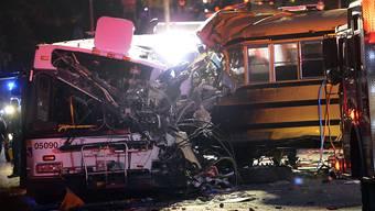 Der Schulbus krachte seitlich in den Linienbus.