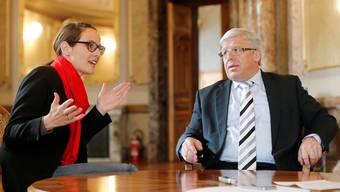 Kein Konsens: Claudine Esseiva und Peter Föhn beim Gespräch in der Wandelhalle des Bundeshauses.peter klaunzer/keystone