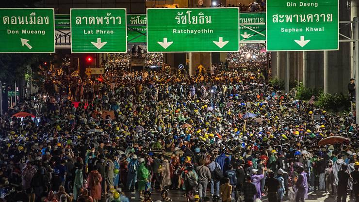 Pro-demokratische Demonstranten gehen in Bangkok auf die Straße. Foto: Geem Drake/SOPA Images via ZUMA Wire/dpa