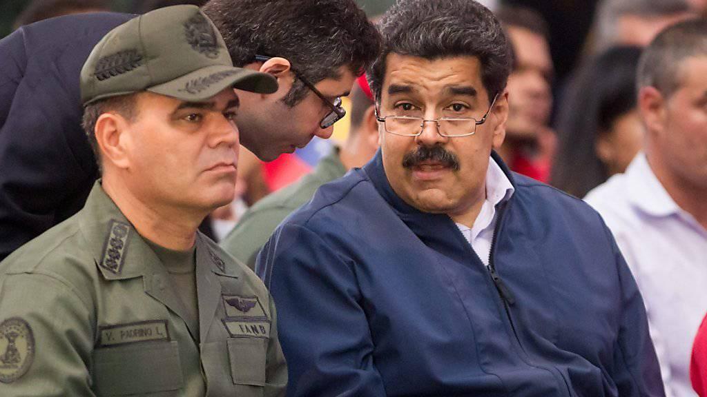 Venezuelas Präsident Maduro (rechts) im Gespräch mit seinem Geschäftsträger in den USA, Arvelaiz (Mitte). Maduro zog Arvelaiz kurz zuvor aus den USA ab. (Archivbild)