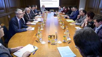 Die Delegation des Kanton Bern (links) und die Delegation des Gemeinderats von Moutier (rechts) trafen sich in Bern.