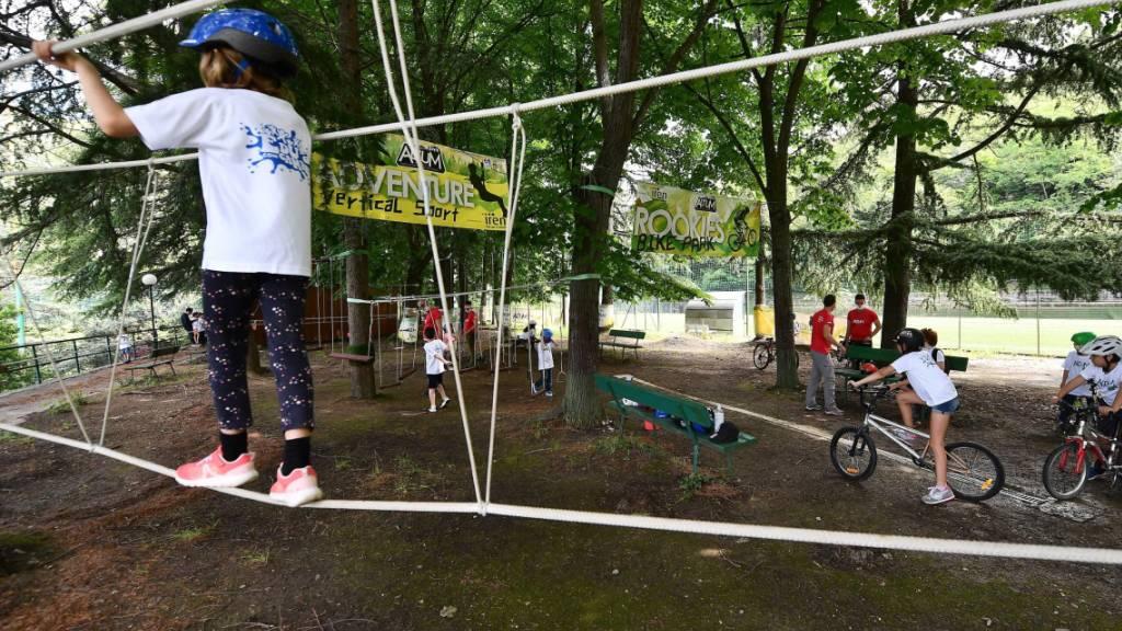 Kinder jeden Alters in Sommercamp mit Coronavirus infiziert