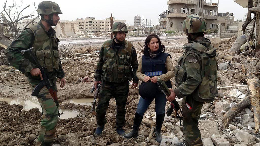 Von den syrischen Behörden veröffentlichtes Foto einer Journalistin im Gespräch mit Soldaten in der Nähe von Damaskus (Archiv)