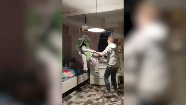 Herzerwärmend: Pflegerin tanzt mit Schwerkranker zu Dirty Dancing