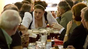 Deutschland will die Deutschen zurück und wirbt mit Infoveranstaltungen um sie. Deutsche Bedienung am Oktoberfest in Uster im Jahre 2011.