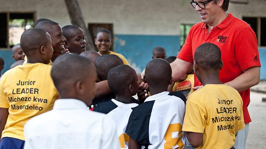 Nimmt immer wieder einen Augenschein vor Ort, wie hier in Tansania: Right-to-Play-Gründer Johann Olav Koss