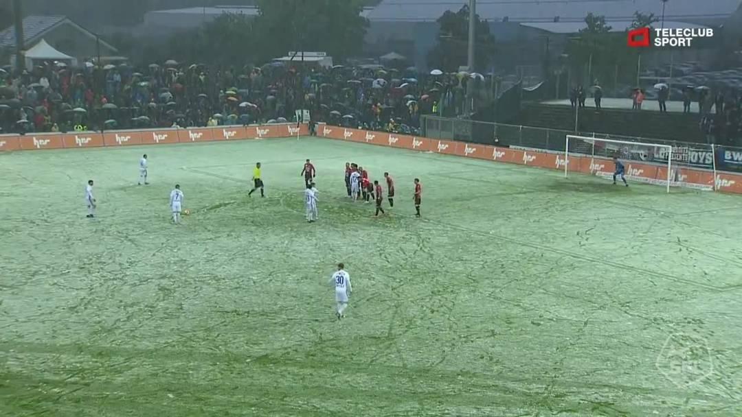 Challenge League, 2018/19, 32. Runde, FC Aarau – FC Lausanne-Sport, 9. Minute: Der Freistoss von Lausannes Francesco Margiotta.