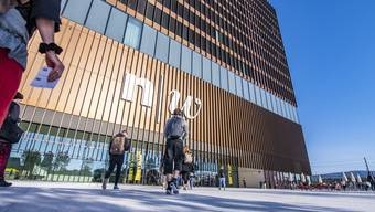 """BRENNPUNKT: Eröffnung des neuen FHNW-Campus in Muttenz. Wir gehen hin und schauen uns an, wie sich die Studis verlaufen im """"grössten Labyrinth der Schweiz""""."""