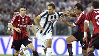 Juventus (Mitte: Mirko Vucinic) setzt sich gegen Milan durch