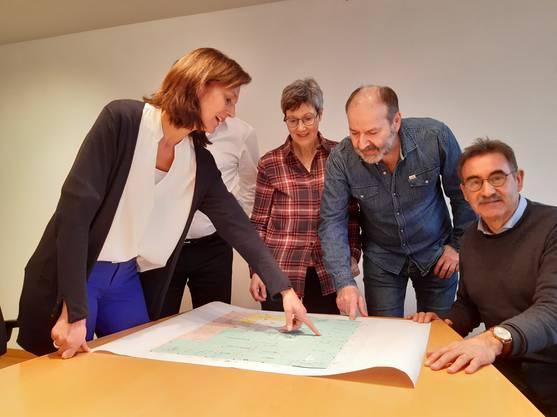 Von links nach rechts: Andrea Sprankel (CEO Praxis Gruppe Schweiz), Joseph Rohrer (VR-Präsident Praxis Gruppe), die Hausärzte Maria-Pia und Rolf Mahler und André Zoppi, Gemeindeammann von Würenlingen.