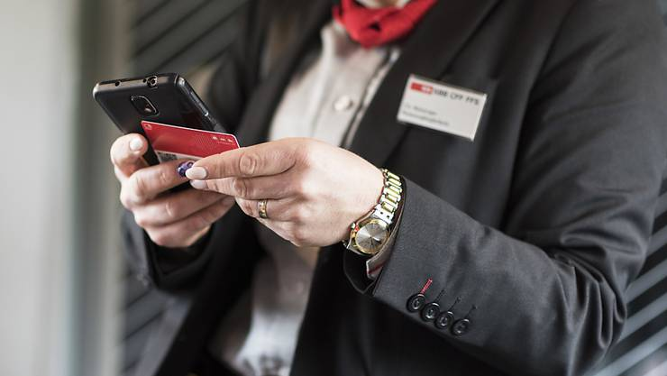 Bei Billettkontrollen in Zügen tragen SBB-Mitarbeitende jeweils ein Namensschild. Dieses ist umstritten: Auch der oberste Schweizer Datenschützer fordert nun den Schutz der Anonymität. (Themenbild)