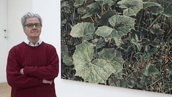 Franz Gertsch - hier im Jahr 2014 - vor einem seiner grossformatigen fotorealistischen Gemälde.