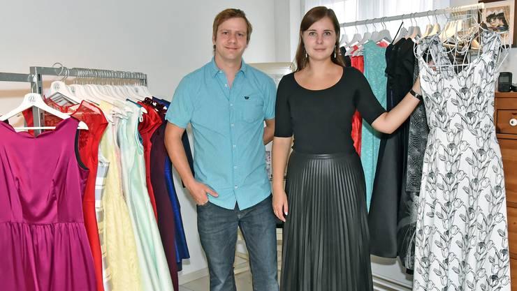 Benjamin und Daria Rudin in ihrem Showroom in Gretzenbach: Rund 150 Abendkleider warten hier auf ihren Einsatz.