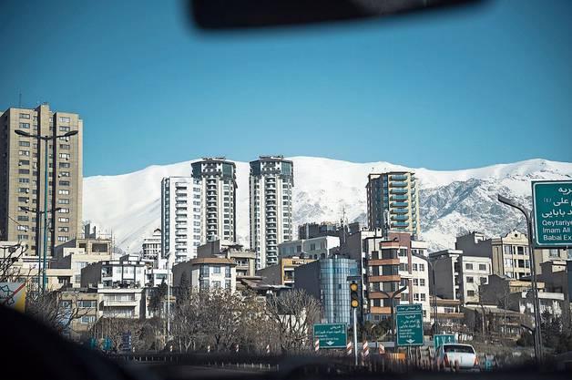 Teheran mit dem Damavand im Hintergrund, dem grössten iranischen Berg (5610 m ü. M.).