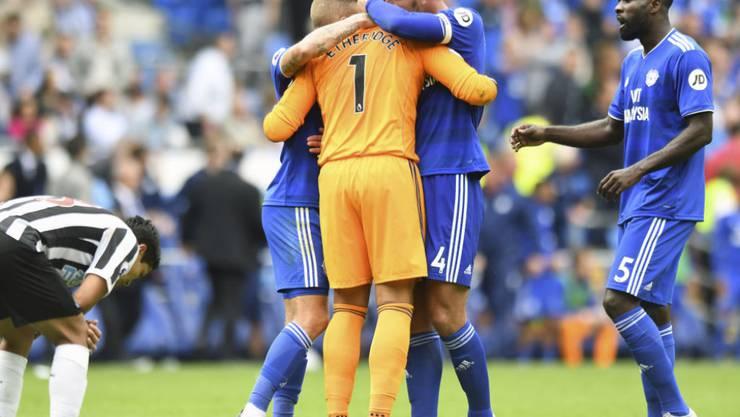 Cardiff-Goalie Neil Etheridge wird nach seinem gehaltenen Penalty in der Nachspielzeit von seinen Teamkollegen geherzt