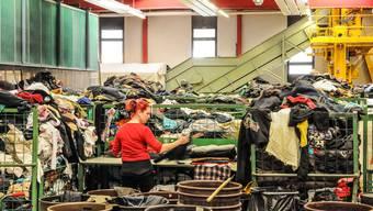 Interessante Einblicke ins Sortierwerk der Texaid in Schattdorf: Bei einer umfangreichen Betriebsbesichtigung mit anschliessender Diskussionerklärten die Verantwortlichen des Textilverwertungsunternehmens, warum es heute ohne das Altkleidergeschäft nicht mehr geht.TONI WIDMER