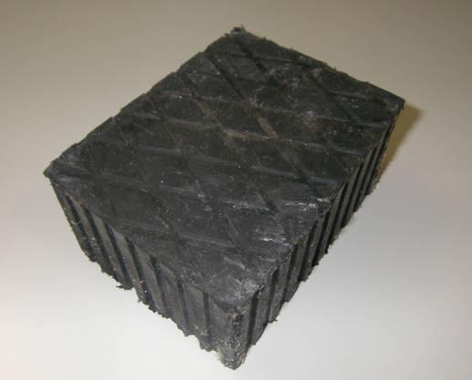 Der Hartgummiklotz ist 15,5 cm lang, 12 cm breit und rund 8 cm hoch