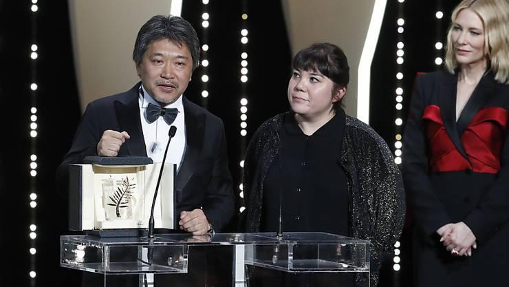 """Regisseur Hirokazu Kore-Eda nimmt in Cannes die Goldene Palme für sein berührendes Familiendrama """"Shoplifters"""" entgegen."""