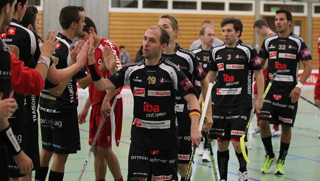 Manuel Mucha (vorne, Nr. 19) und Unihockey Mittelland dürfen sich vielleicht schon bald über den Ligaerhalt freuen.