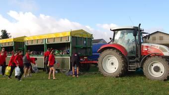 Mit Traktor und zwei Anhängern kam der TV Schnottwil nach Ipsach.Suter
