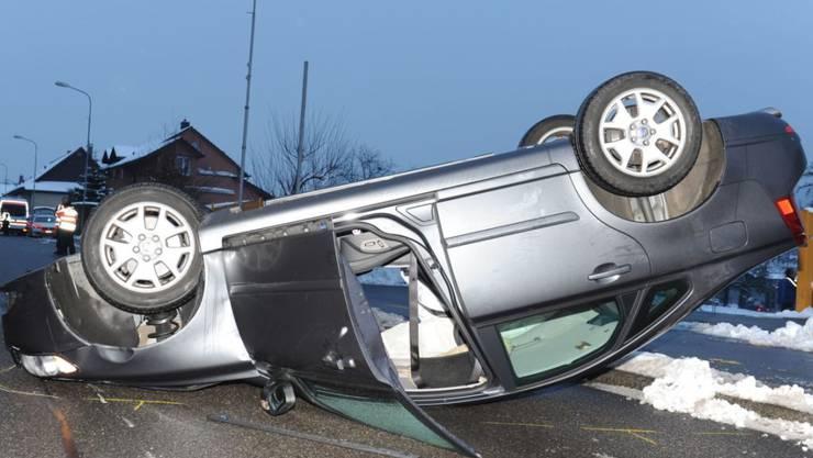 Auf dem Dach gelandet: Der 73-jährige Lenker dieses Autos kollidierte in Hägendorf SO zuvor mit drei Fahrzeugen. Verletzt wurde niemand.