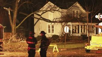 Feuerwehrmänner untersuchen Schäden im Ort Ottawa im US-Bundesstaat Illinois nach dem Durchzug eines Tornados.