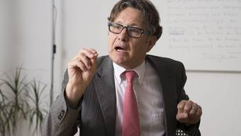 Hanspeter Thür, eidgenössischer Datenschützer, im Sitzungszimmer seiner Kanzlei in Aarau