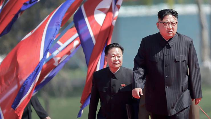 Nordkoreas Machthaber Kim Jong Un (rechts), dem gesundheitliche Probleme nachgesagt werden, hat laut dem US-Militär nach wie vor die volle Kontrolle über das Land.