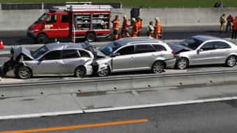 Bei einem Auffahrunfall im Waadtland werden 14 Personen verletzt (Symbolbild)