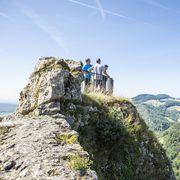 Die Leserwanderer nehmen die Burgruine Frohburg ein. Im Hintergrund der Belchen. In der neunten Etappe ging es von Trimbach auf die Frohburg und zum Schloss Wartenfels. Eine Wanderung mit vielen schönen Aussichten.