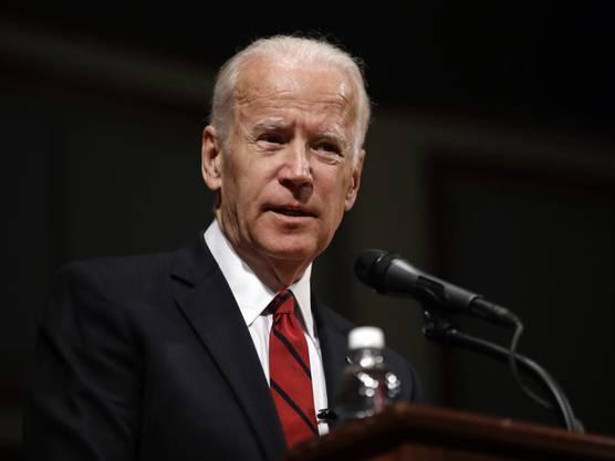 """Der ehemalige US-Vize-Präsident und Demokrat Joe Biden hat den gestorbenen US-Republikaner John McCain als Freund gewürdigt. Sein Leben sei der Beweis dafür, dass einige Wahrheiten zeitlos seien, schrieb Biden am Samstag auf Twitter und fügte hinzu: """"Charakter, Mut, Integrität, Ehre."""""""