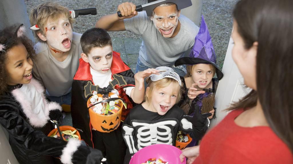 Die Kinder gehen in Amerika von Tür zu Tür und fragen nach «trick or treat»