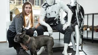 Corinne Pfister mit ihrem Hund Duke.
