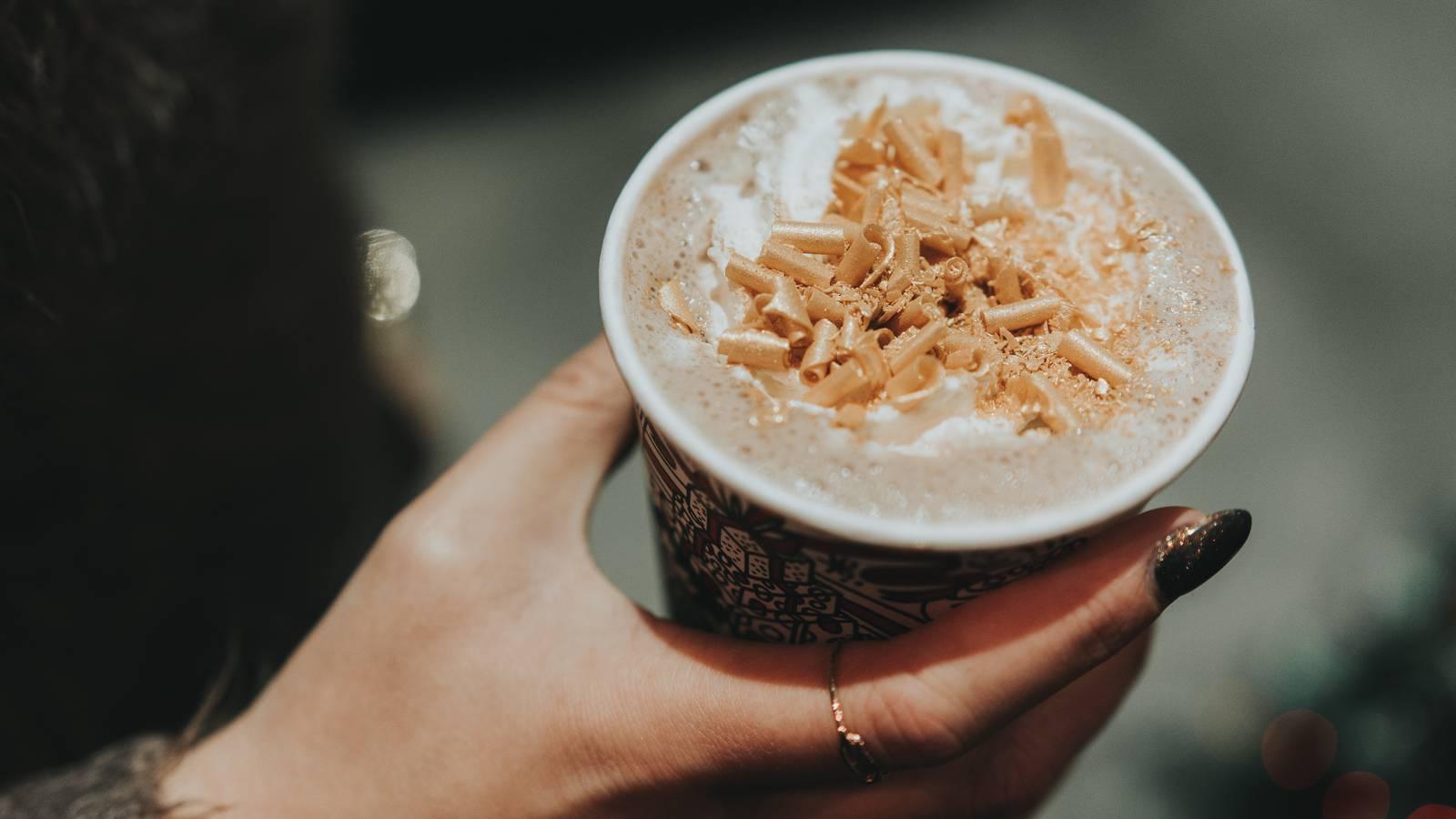 Pumpkin Spice Latte: Manche lieben ihn, manche hassen ihn. Der herbstliche Starbucksdrink bringt bei 100ml 270 kcal in den Becher. (© Unsplash/Sorin Sirbu)