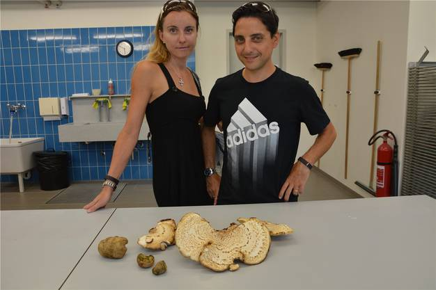 Bruno und Theres Camizzi mit den nicht essbaren Pilzen.