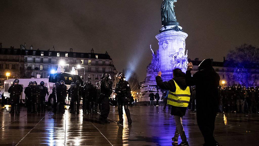 "Nicht nur auf der Place de la Bastille in Paris, sondern später auch auf der Place de la République versammelten sich ""gilets jaunes""."